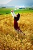 Giovane donna con il vestito e la spada ornamentali dentro Fotografie Stock