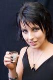 Giovane donna con il vetro di colpo fotografie stock libere da diritti