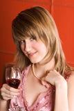 Giovane donna con il vetro di vino Fotografia Stock