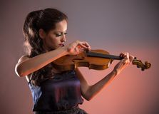 Giovane donna con il violino fotografie stock libere da diritti