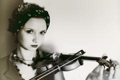 Giovane donna con il violino su fondo leggero Immagine Stock