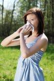 Giovane donna con l'allergia che pulisce il suo radiatore anteriore runny Immagini Stock Libere da Diritti