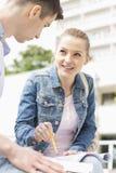 Giovane donna con l'amico maschio che studia insieme alla città universitaria dell'istituto universitario Immagine Stock Libera da Diritti