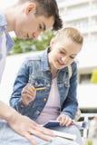 Giovane donna con l'amico maschio che studia insieme alla città universitaria dell'istituto universitario Fotografie Stock