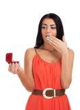 Giovane donna con l'anello di fidanzamento in casella Fotografia Stock
