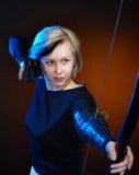 Giovane donna con l'arco Fotografia Stock