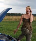 Giovane donna con l'automobile rotta. Fotografie Stock Libere da Diritti