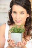Giovane donna con l'erba fotografia stock