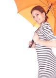 Giovane donna con l'ombrello arancione Immagine Stock