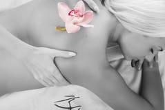Giovane donna con l'orchidea Fotografie Stock