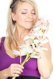 Giovane donna con l'orchidea bianca Fotografia Stock