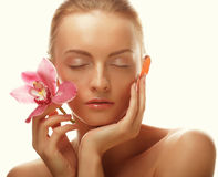 Giovane donna con l'orchidea dentellare immagine stock libera da diritti