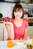 Giovane donna con l'uva Immagini Stock