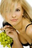 Giovane donna con l'uva Fotografia Stock