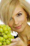 Giovane donna con l'uva Fotografie Stock