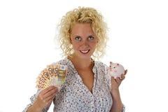 Giovane donna con la banca piggy e le euro banconote Fotografie Stock