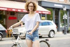 Giovane donna con la bici Immagini Stock