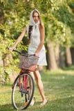 Giovane donna con la bicicletta Fotografia Stock