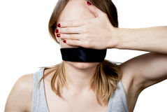 Giovane donna con la bocca legata e l'abbaglio dei suoi occhi Fotografia Stock