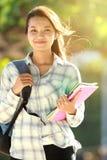 Giovane donna con la borsa ed i libri Immagini Stock Libere da Diritti