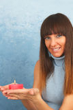 Giovane donna con la bruciatura della candela rossa in sue mani Immagini Stock Libere da Diritti