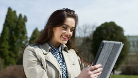 Giovane donna con la compressa sul banco stock footage