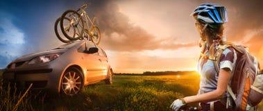 Giovane donna con la condizione della bicicletta Fotografie Stock Libere da Diritti
