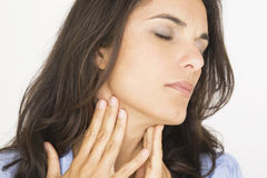 Giovane donna con la gola irritata Fotografia Stock