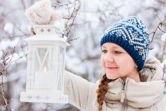 Giovane donna con la lanterna di Natale Fotografia Stock