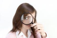 Giovane donna con la lente d'ingrandimento Fotografie Stock Libere da Diritti