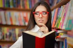 Giovane donna con la lettura di vetro Fotografia Stock Libera da Diritti