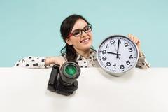 Giovane donna con la macchina fotografica e gli orologi fotografie stock