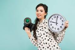 Giovane donna con la macchina fotografica e gli orologi immagine stock