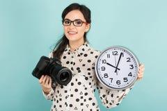 Giovane donna con la macchina fotografica e gli orologi fotografie stock libere da diritti