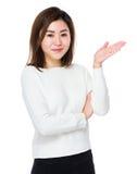 Giovane donna con la mano che mostra segno in bianco Immagini Stock