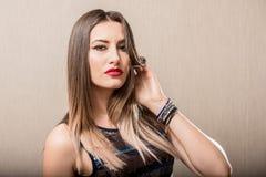 Giovane donna con la mano in suoi capelli Immagini Stock Libere da Diritti