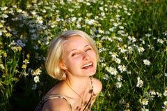 Giovane donna con la margherita Fotografia Stock