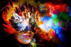 Giovane donna con la maschera di protezione di carnevale della piuma Dea della donna della dea nello spazio cosmico royalty illustrazione gratis