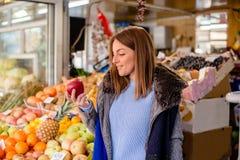 Giovane donna con la mela Fotografia Stock