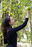 Giovane donna con la mela Priorità bassa della natura Immagini Stock