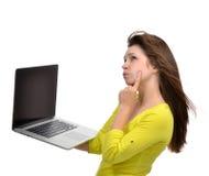 Giovane donna con la nuova tastiera popolare moderna del computer portatile con la s nera Fotografia Stock Libera da Diritti