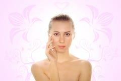 Giovane donna con la pelle di salute del fronte Immagini Stock