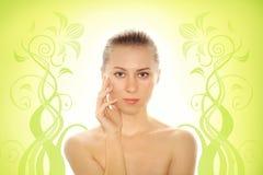 Giovane donna con la pelle di salute del fronte Fotografie Stock