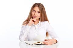 Giovane donna con la penna ed il diario Immagine Stock
