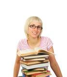 Giovane donna con la pila di libri Fotografie Stock Libere da Diritti