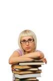 Giovane donna con la pila di libri Fotografia Stock