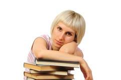Giovane donna con la pila di libri Immagine Stock