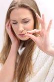 Giovane donna con la pillola della tenuta di emicrania Fotografia Stock Libera da Diritti