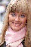 Giovane donna con la sciarpa Fotografie Stock
