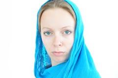 Giovane donna con la sciarpa del turchese Immagine Stock Libera da Diritti